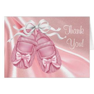 La niña rosada de los botines del satén le tarjeta pequeña