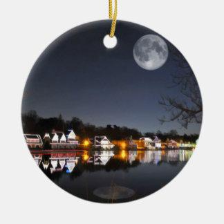 La noche del invierno frío en fila del Boathouse Adorno De Navidad