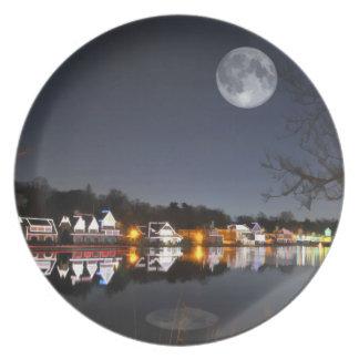 La noche del invierno frío en fila del Boathouse Platos De Comidas