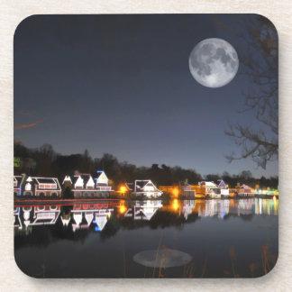 La noche del invierno frío en fila del Boathouse Posavaso