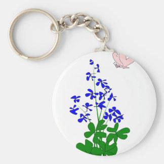 La nomeolvides florece el azul, trébol, mariposa llavero redondo tipo pin