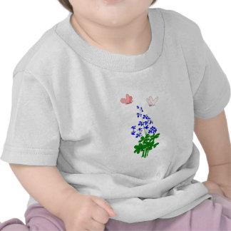 La nomeolvides florece el azul, trébol, mariposa camisetas