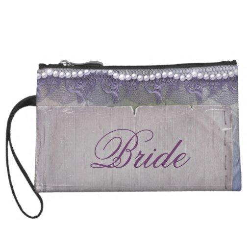 La novia compone bolsos del accesorio del viaje