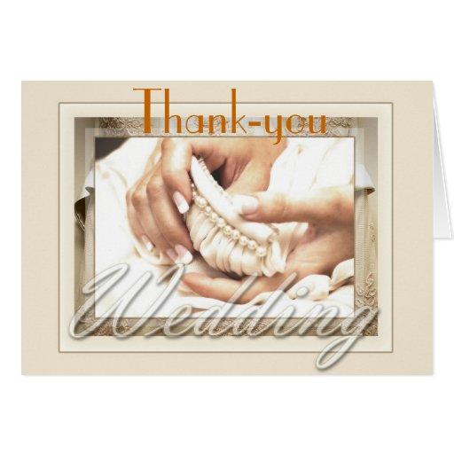 La novia con el ramo le agradece tarjeta pequeña