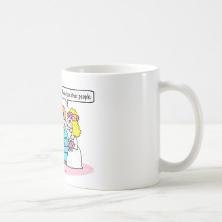 la novia del boda ve a la otra gente taza de café
