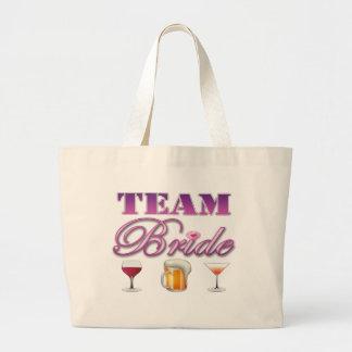 La novia del equipo bebe a las damas de honor que bolsas