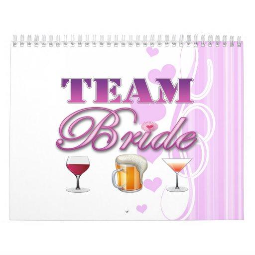 La novia del equipo bebe a las damas de honor que  calendario de pared