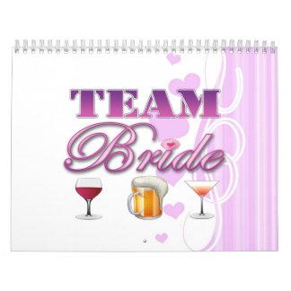 La novia del equipo bebe a las damas de honor que calendario