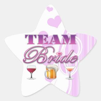 La novia del equipo bebe a las damas de honor que pegatina en forma de estrella