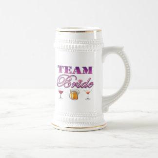La novia del equipo bebe a las damas de honor que  taza de café