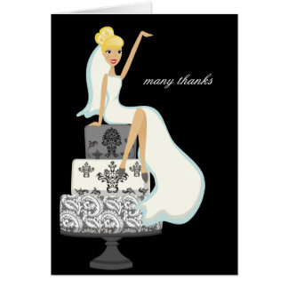La novia en un pastel de bodas le agradece las not tarjetas