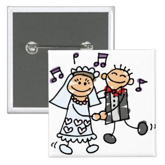 La novia y el novio celebran pin cuadrado