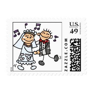 La novia y el novio celebran franqueo