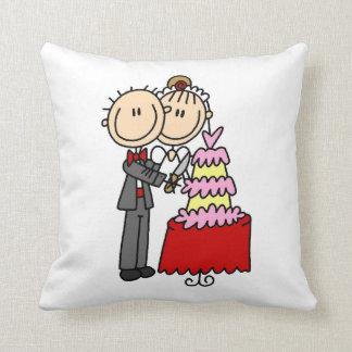 La novia y el novio cortaron las camisetas y los r almohadas
