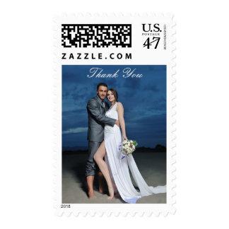 La novia y el novio de encargo de la foto le sello postal