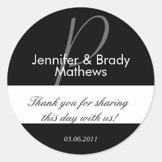 La novia y el novio del boda le agradecen etiquetas redondas