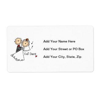 La novia y el novio primero bailan las camisetas y etiquetas de envío