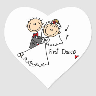 La novia y el novio primero bailan las camisetas y pegatina en forma de corazón