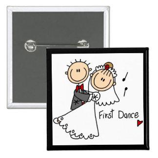La novia y el novio primero bailan las camisetas y pins