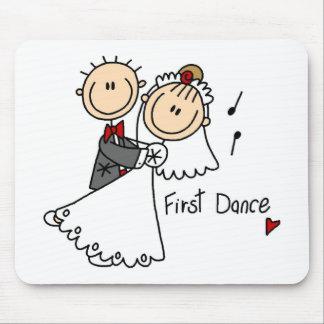 La novia y el novio primero bailan las camisetas y alfombrillas de raton