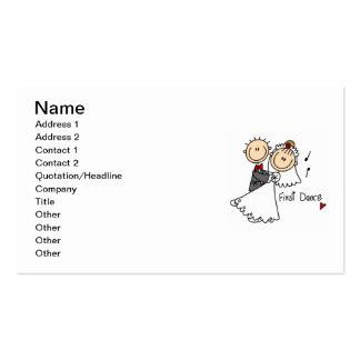 La novia y el novio primero bailan las camisetas y tarjetas de visita