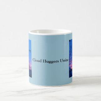 La nube Huggers une la parada GEO del ~ que dirige Taza Básica Blanca