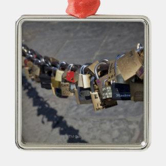 """la nueva tradición de """"cerraduras del amor"""" ató ce adornos de navidad"""