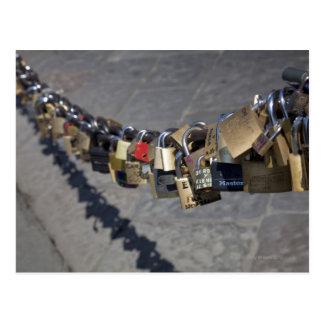 la nueva tradición de cerraduras del amor ató ce postal