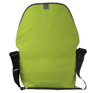 La oferta sólida tira verde bolsas de mensajeria