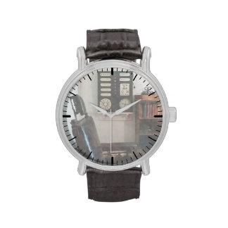 La oficina del oculista con el carbón de leña del  relojes de pulsera