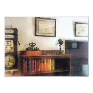 La oficina del oculista con el diploma comunicados