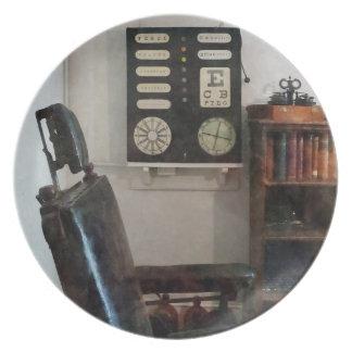 La oficina del oculista con la carta de ojo platos