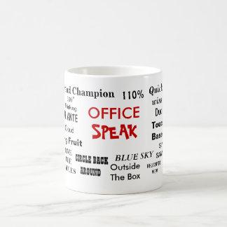 La oficina habla jerga y clichés de la gestión taza de café