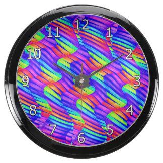 La onda brillante colorida del arco iris tuerce la reloj aqua clock