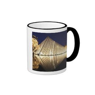 La opinión de la noche de la pirámide de cristal d tazas de café
