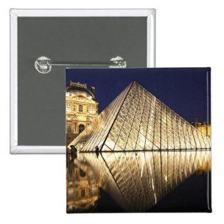 La opinión de la noche de la pirámide de cristal pin cuadrado