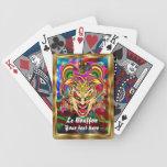 La opinión del comodín del bufón del carnaval hace barajas de cartas