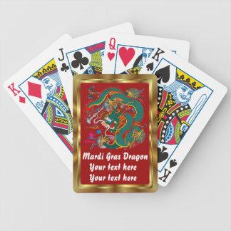 La opinión del dragón del carnaval observa por baraja de cartas bicycle