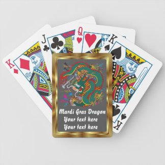 La opinión del dragón del carnaval observa por fav baraja cartas de poker