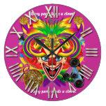 La opinión del payaso del fiesta del carnaval hace relojes de pared