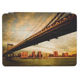 La opinión del puente de Manhattan del lado de Bro Cubierta De iPad Air