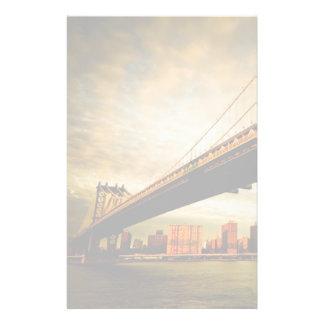 La opinión del puente de Manhattan del lado de Bro Papelería De Diseño