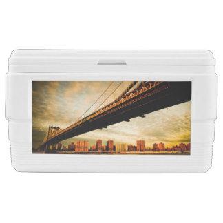 La opinión del puente de Manhattan del lado de Cofre De Hielo