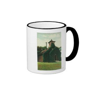 La opinión exterior la hiedra cubrió la capilla, taza de café
