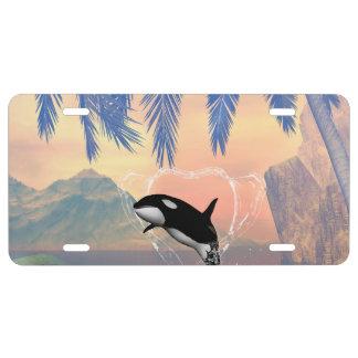 La orca que salta a través de un corazón hecho del placa de matrícula