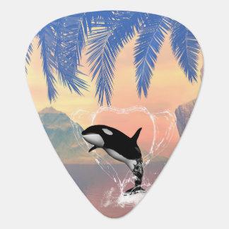 La orca que salta a través de un corazón hecho del púa de guitarra