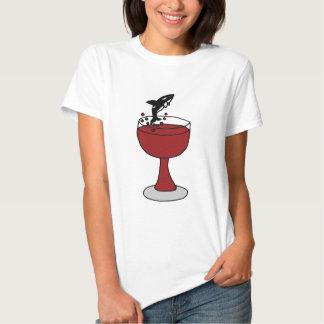 La orca que salta en copa de vino roja playera