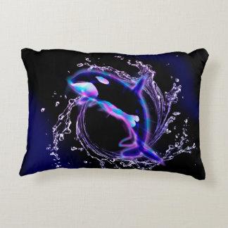 La orca que salta por un círculo hecho del agua cojín decorativo