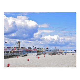 La orilla del jersey en las alturas de la playa postal