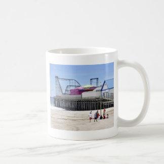 La orilla del jersey en las alturas de la playa taza de café